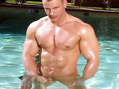 This gorgeous body builder wanking his meat off in the pool